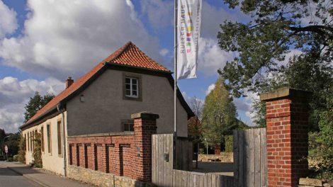 """Das Ruller Haus ist ein Ort für Konzerte, Lesungen, Film, Gartenkultur und Kunstausstellungen und darf sich nun über eine Förderung für die """"Soziokultur in Niedersachsen"""" freuen. Foto: M. Imeyer"""