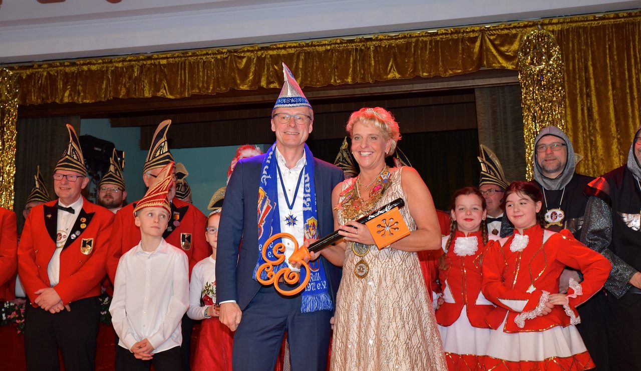 Bürgermeister Otto Steinkamp überreicht Prinzessin Ute I. den symbolischen Rathausschlüssel. Foto: Kurt Flegel / Kolpingsfamilie Hollage