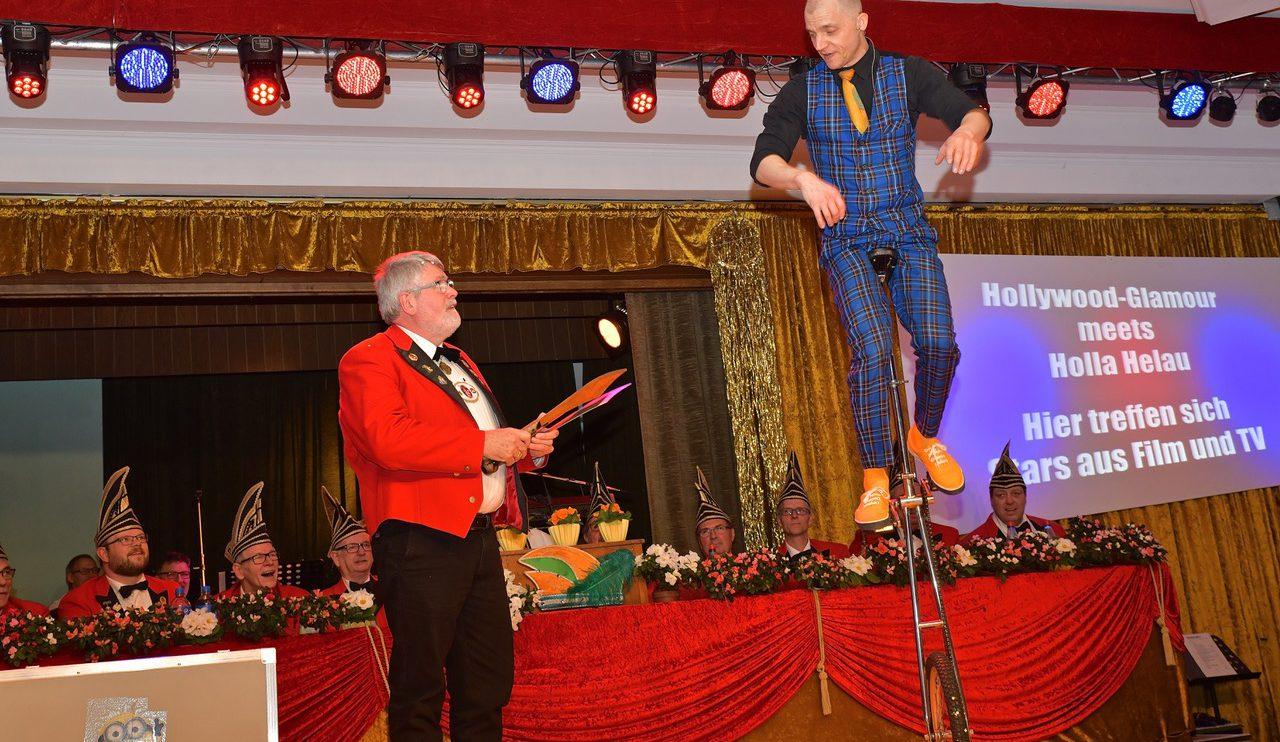 """Philipp Dammer balanciert auf dem Einrad und lässt sich von """"Assistent"""" Kurt Flegel die """"Messer des Todes"""" anreichen. Foto: Kurt Flegel / Kolpingsfamilie Hollage"""