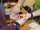 Beim B.O.P. geht es handfest zu: Die Unternehmen bringen typische Arbeitsproben ihrer Ausbildungsberufe für die Schülerinnen und Schüler mit. Die Jugendlichen können so ihre praktischen Fertigkeiten und Neigungen testen. Foto: MaßArbeit / Magdalena Brosda