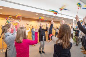 Die Jugendlichen lernen von Kornelia Böert (Mitte) alles, was ein verantwortungsvoller Babysitter wissen muss. Foto: Gemeinde Wallenhorst / Thomas Remme