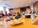 Bei Kaffee und Kuchen dankt Bürgermeister Otto Steinkamp (Mitte) dem ehrenamtlichen Team der Hollager Tafel. Foto: Gemeinde Wallenhorst / André Thöle