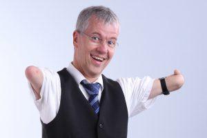 Bei ihm ist gute Laune vorprogrammiert: Rainer Schmidt – Referent, Pfarrer und Kabarettist. Foto: Johannes Hahn