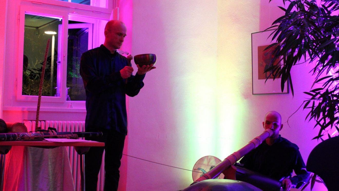 Mit dem KlangDuo Jörg Kerll und Hilmar Hajek ging es am Samstag im Ruller Haus auf eine innere Klangreise. Foto: Dominik Lapp, kulturfeder.de