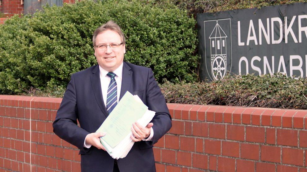 Landratskandidat Horst Baier reicht seine Unterlagen und Unterstützungsunterschriften zur Wahl beim Landkreis Osnabrück ein. Foto: Baier