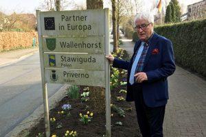Alfred Lindner an der neugestalteten Ortseinfahrt in Rulle. Foto: CDU Gemeindeverband Wallenhorst