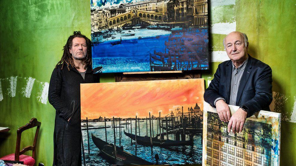 Thomas Jankowski (links) und Michael Stange präsentieren gemeinsame Werke: farblich neu interpretierte Stadt- und Landschaftsfotografien auf Leinwand. Foto: André Bodin