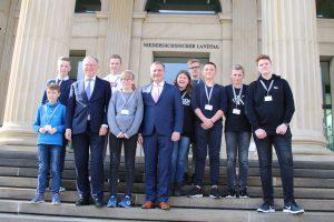 Im Rahmen des Zukunftstages trafen die Schülerinnen und Schüler auch Ministerpräsident Stephan Weil. Foto: Wahlkreisbüro Guido Pott