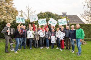 """Den 1000. Einsatz feiert das Team von """"Hand in Hand"""" im Garten von Rita und Berthold Stolte (rechts). Foto: Thomas Remme"""