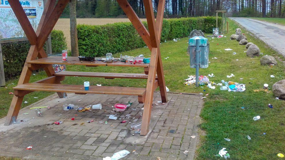 Müll und Zerstörung auf dem Rastplatz am Wegekreuz im Nettetal. Auch auf den benachbarten Feldern und Wiesen bot sich derselbe Anblick. Foto: Gemeinde Wallenhorst