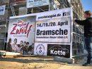 Ein Banner wird im Wallenhorster Zentrum für das Passionsspiel 2019 aufgehängt. Foto: Volker Holtmeyer