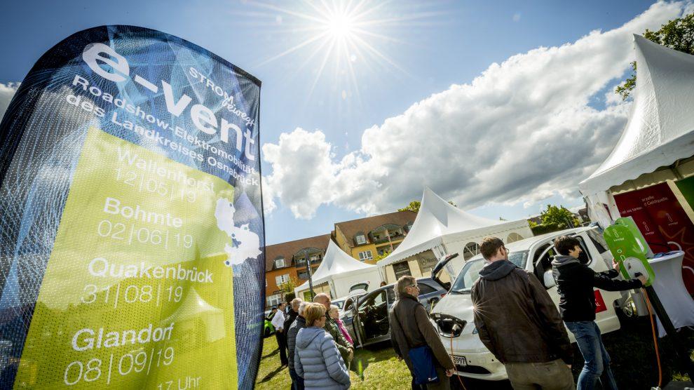 """Alles rund um die E-Mobilität: Beim """"e-vent"""" in Wallenhorst informierten sich die Besucherinnen und Besucher über E-Autos, E-Bikes oder über Lademöglichkeiten und Photovoltaik. Foto: Landkreis Osnabück / Aileen Rogge"""