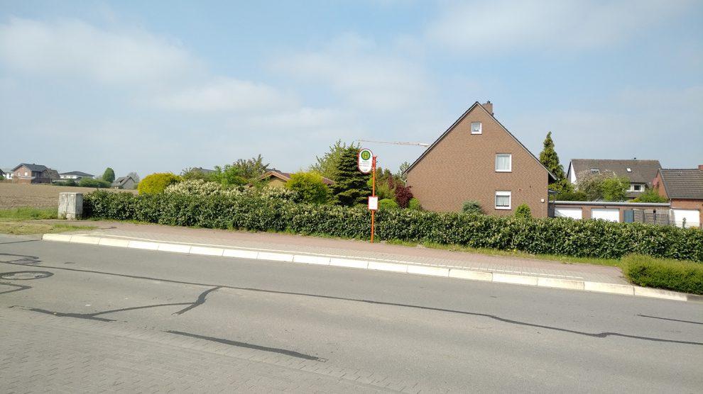 Reichlich Platz für Wartehäuschen bieten die Bushaltestellen, hier am Beispiel Stadtweg. Foto: Markus Steinkamp
