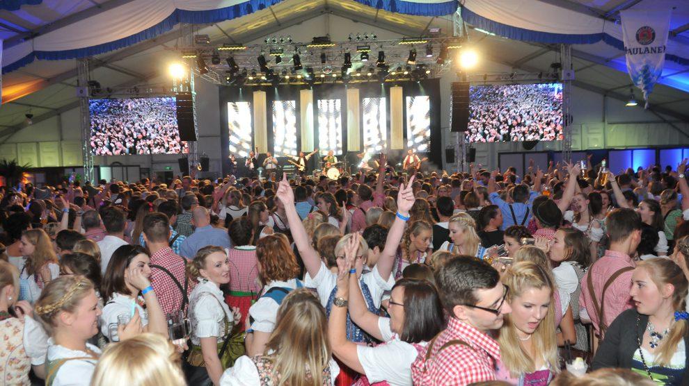 """Typisch Hollager Oktoberfest: Nicht nur an den Tischen, auch auf der Tanzfläche vor der Bühne – die an sich schon ein echter """"Hingucker"""" ist – herrscht fröhliche Partystimmung. Foto: Markus Böwer / Kolpingsfamilie Hollage"""