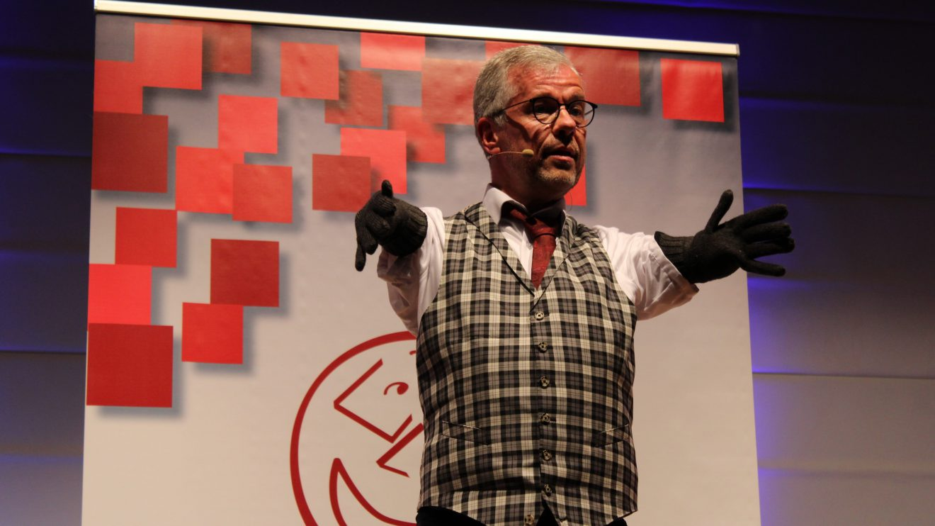 Kabarettist Rainer Schmidt bringt sein Publikum in Wallenhorst zum Lachen. Foto: Dominik Lapp