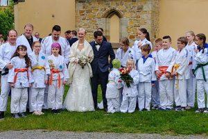 Die Judoka von Blau-Weiss Hollage freuen sich über ein neues Brautpaar in ihrer Abteilung. Foto: Blau-Weiss Hollage