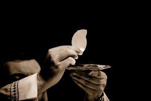 Wie kann die Kirche das zerstörte Vertrauen und ihre Glaubwürdigkeit zurückgewinnen? Symbolfoto: Pixabay / RobertCheaib