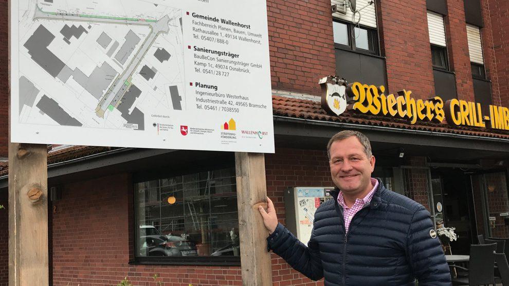 Der Wallenhorster SPD-Landtagsabgeordnete Guido Pott am Drosselweg. Mit den Fördergeldern wird unter anderem der Ausbau der Franksmannstraße und des Drosselweges finanziell unterstützt. Foto: Büro Guido Pott