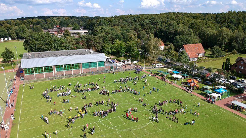 Auf dem Sportplatz an der Uhlandstraße spielen Kinder- und Erwachsenenteams den Meister des Kubb aus. Foto: Volker Holtmeyer