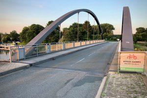 Radfahrer sollen absteigen und auf der Brückenkappe die Kanalbrücke überqueren. Foto: Volker Holtmeyer