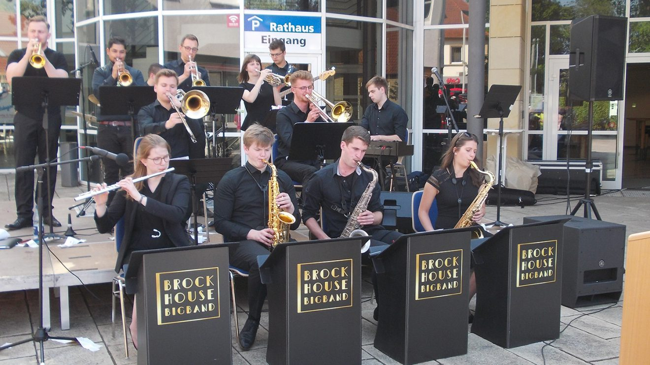 Die Brockhouse Big Band erfreute alle Gäste vor dem Rathaus mit toller Musik. Foto: D. Hoffmann