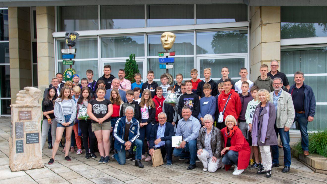 Gruppenfoto vor dem Wallenhorster Rathaus. Foto: Gemeinde Wallenhorst / André Thöle