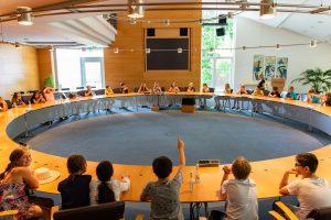 Die Schülerinnen und Schüler diskutieren im Ratssaal den Verkauf ihres Schulhofes. Foto: Gemeinde Wallenhorst /André Thöle