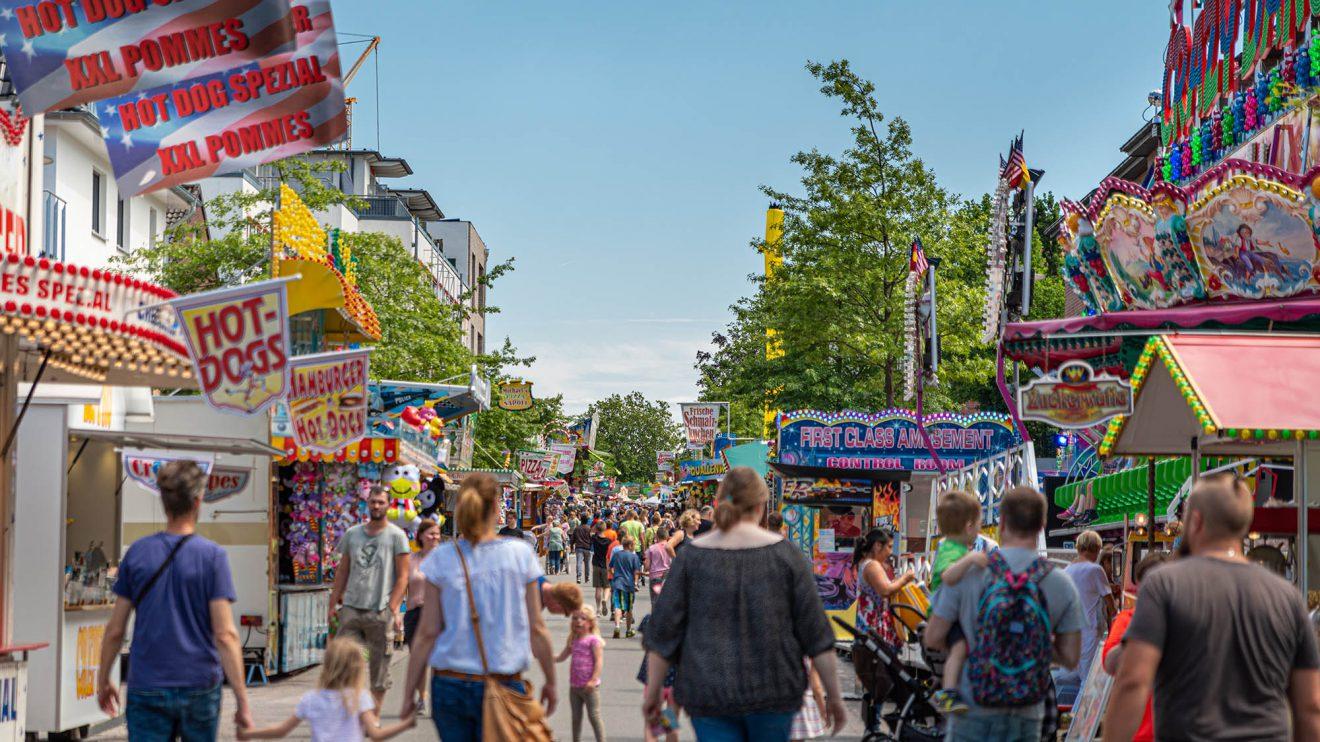 Blauer Himmel über der Festmeile im Wallenhorster Zentrum. Foto: Gemeinde Wallenhorst / Thomas Remme
