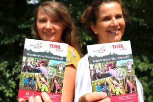 Melanie Schnieders (links) vom Natur- und Geopark TERRA.vita und Silke Tegeder-Perwas von der Gesunden Stunde präsentieren den neuen Wanderführer. Foto: Landkreis Osnabrück/Tobias Fischer