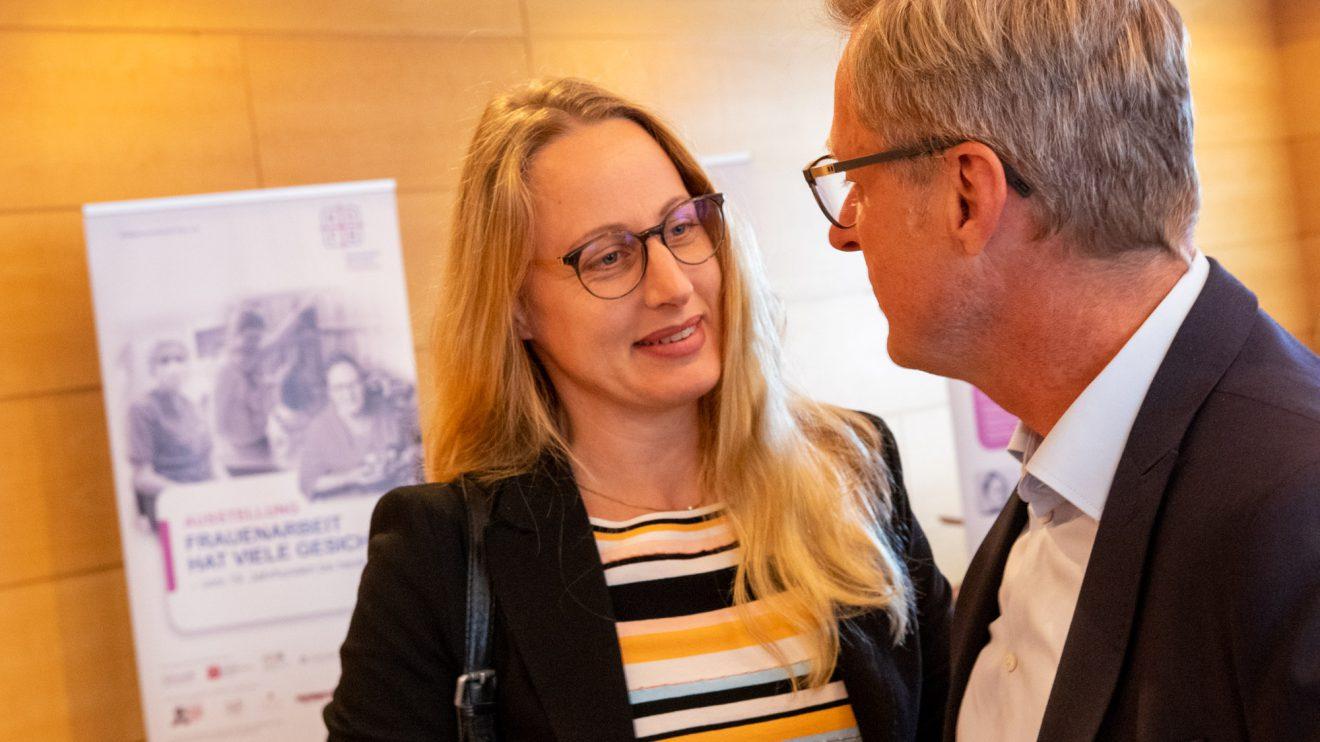 Anna Kebschull, hier im Gespräch mit Bürgermeister Otto Steinkamp, kam als Gast zur Ausstellungseröffnung. Foto: Gemeinde Wallenhorst / André Thöle