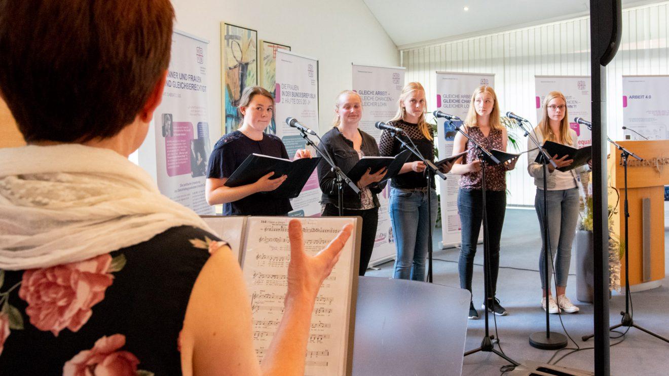 """""""A-CHOR-D"""" unter Leitung von Maria Hartelt präsentiert den Gästen neue geistliche Lieder. Foto: Gemeinde Wallenhorst / André Thöle"""