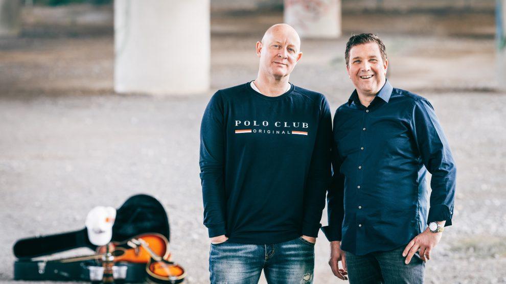 """Gunnar Meemken und Stephan Rehse sind """"Two gathered"""" und sind am Freitag mit Unplugged-Musik bei den Musik- und Weintagen in Rulle dabei. Foto: Henry Smits-Bode"""
