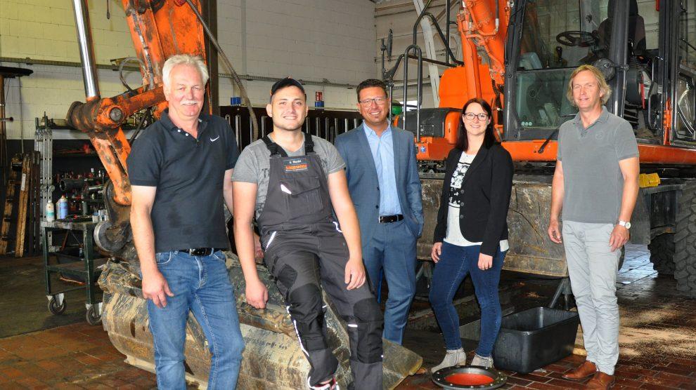 Abdulaziz Mardini (2. von links) startet mit viel Elan in seine Ausbildung bei der Werner Seemann GmbH & Co. KG in Wallenhorst. Mit ihm freuen sich Werkstattleiter Günther Frede-weß (links) sowie (von rechts) Geschäftsführer Werner See-mann, MaßArbeit-Vermittlerin Maike Nienaber und MaßArbeit-Vorstand Lars Hellmers. Foto: MaßArbeit / Kimberly Lübbersmann