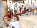 Gemeinsam mit den Kunstpädagoginnen Monika Witte und Birgit Kannengießer haben Ferienspaßkinder eine große Kugel gestaltet. Foto: Lumme