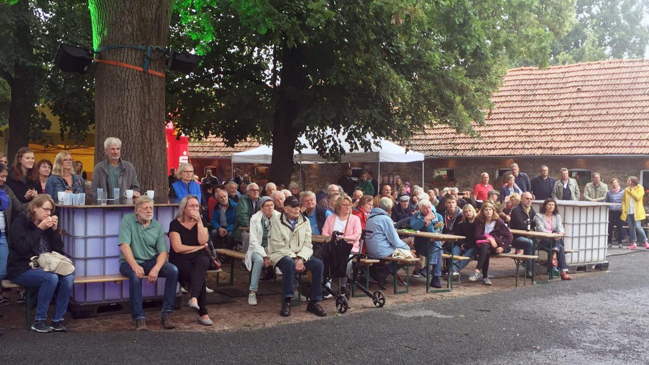 Trotz des schlechten Wetters kamen am Wochenende fast 2000 Menschen auf den Hof Nordmann, um sich zu informieren und unterhalten zu lassen. Foto: Udo Stangier