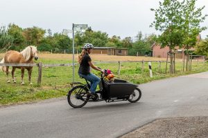 """Lastenfahrräder eignen sich auch wunderbar als """"Elterntaxi"""" findet Vanessa Meyer-Uphaus. Foto: Gemeinde Wallenhorst / Thomas Remme"""