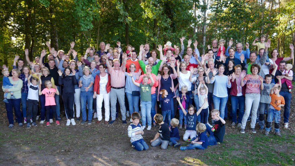 Der älteste Familienkreis der Kolpingsfamilie Hollage feiert mit drei Generationen sein 40-jähriges Jubiläum an der Hollager Mühle. Foto: Kolpingsfamilie Hollage