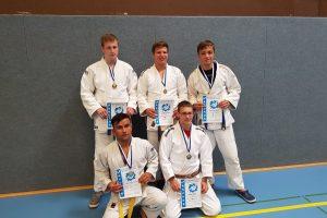 Stehend von links: Tobias, Martin und Daniel; vorne von links: Rahim und Martin. Foto: Blau-Weiss Hollage
