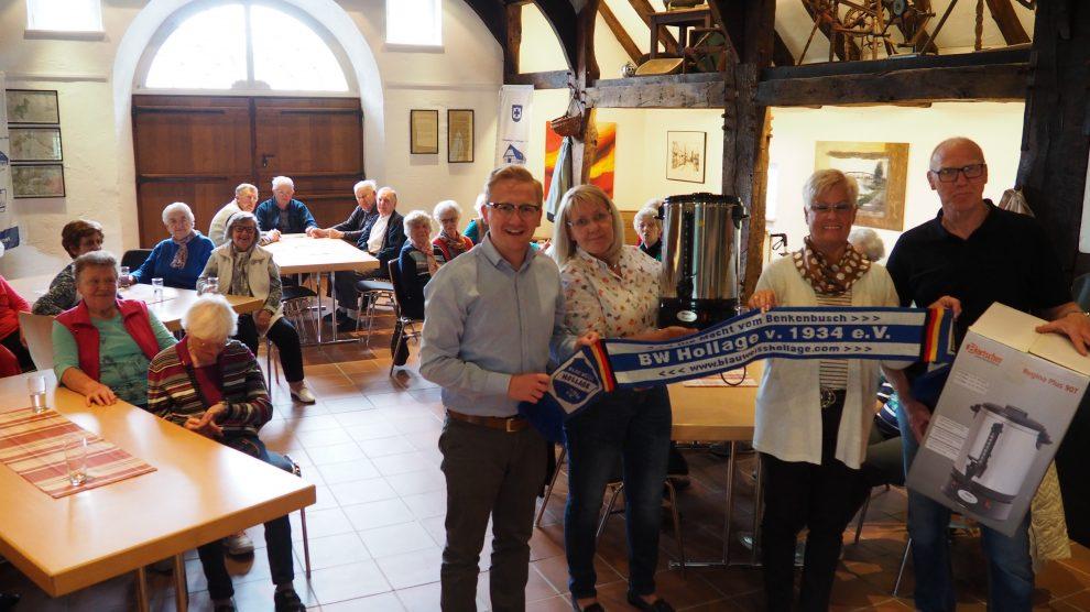 """Die neue Kaffeemaschine wird von einigen Mitgliedern von Blau-Weiss Hollage für die Seniorengruppe """"Dienstagstreff"""" feierlich überreicht. Foto: Blau-Weiss Hollage"""