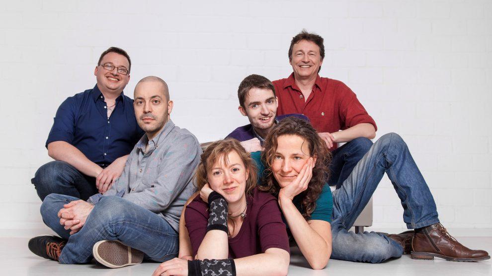 """Zu Gast im Ruller Haus ist das Irish Folk-Sextett """"Larún"""", eine internationale Gruppe mit Ausnahmekünstlern aus sechs Ländern, bekannt aus Bands wie Crosswind und Trasnú. Foto: Larún"""