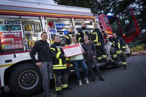500 Euro wurden per Scheck am Montag symbolisch an die Freiwillige Feuerwehr Wallenhorst überreicht. Foto: Clean Fotostudio