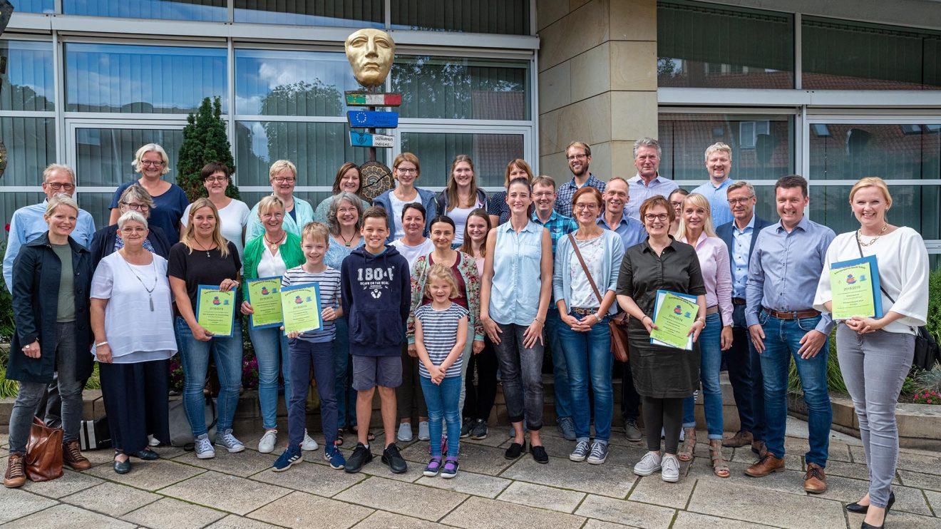 Für ihre Klimaschutzprojekte zeichnet die Gemeinde Wallenhorst ihre Grundschulen und Kindergärten mit Urkunden und Prämien aus. Foto: Gemeinde Wallenhorst / Thomas Remme
