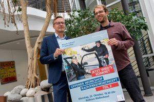 Bürgermeister Otto Steinkamp und Stefan Sprenger weisen auf den zweiten Workshop zum Radverkehrskonzept hin. Foto: Gemeinde Wallenhorst / André Thöle