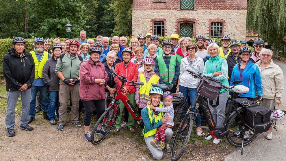 Etwa 50 Radlerinnen und Radler eröffnen die Hufeisen-Route im Rahmen des Stadtradeln-Auftakts 2019. Foto: Gemeinde Wallenhorst / Thomas Remme