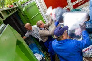 Aktive der Kolpingsfamilie Hollage verladen die gesammelten Altkleider in einen Lkw. Foto: André Thöle