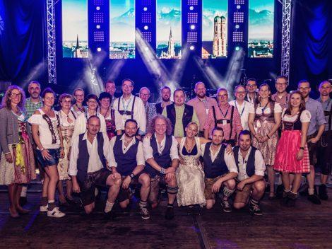 Das Orga-Team und die Münchner Band 089 beim Hollager Oktoberfest 2019. Foto: Dominik Kluge für Wallenhorster.de