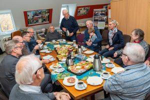 Bürgermeister Otto Steinkamp bedankt sich mit einem gemeinsamen Frühstück bei den ehrenamtlich Aktiven der Archivgruppe. Foto: Gemeinde Wallenhorst / Thomas Remme