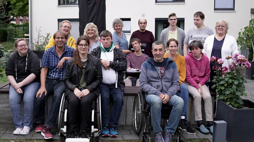 Bewohner des Hauses Wallenhorst, Mitglieder des Forums und Gäste beim Grillfest. Foto: Petra Eckhardt