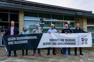 Setzen vereint ein Zeichen für Toleranz, Respekt und Menschenwürde (von links): Jürgen Tiemann und Ulrike Wiemeyer (Sportfreunde Lechtingen), Gerhard Lorenz (TSV Wallenhorst), Gerhard Strößner (Blau-Weiß Hollage), Hans-Hermann Schiebe (TuS Eintracht Rulle) sowie Florian Lüttkemöller. Foto: Andreas Albers