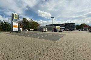 """Als Standort für den """"Naturkind""""-Biomarkt in Wallenhorst ist die Fläche links neben dem E-Center im Zentrum vorgesehen. Aktuell befindet sich dort ein Parkplatz mit Grünfläche. Foto: Rothermundt / Wallenhorster.de"""